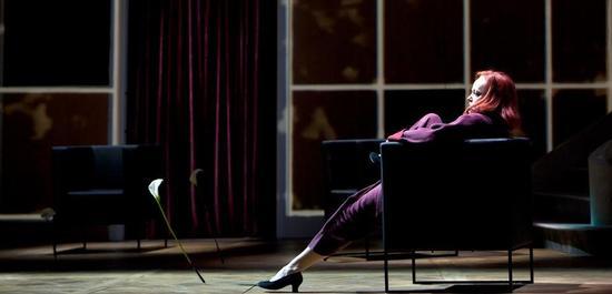 Evelyn Herlitzius als Emilia Marty, Copyright: Bernd Uhlig
