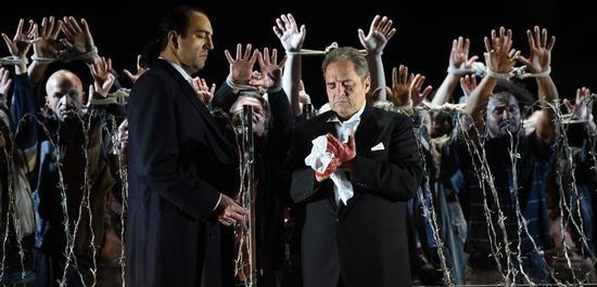 Claudio Sgura, Marco Berti, Chor der Hamburgischen Staatsoper, Komparserie , Copyright: Hans Jörg Michel