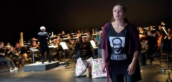 Esther Dierkes (Gretel), im Hintergrund: Georg Fritzsch (Musikalische Leitung), Staatsorchester Stut, Copyright: Thomas Aurin