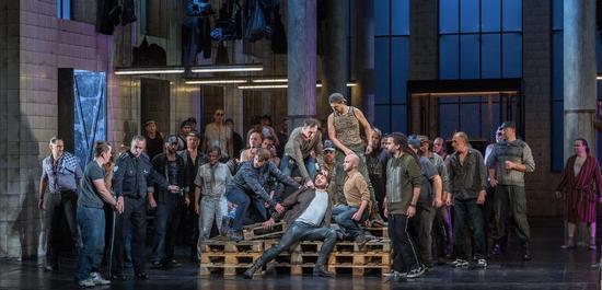 Szenenfoto: Solisten, Herren des Opernchores, Copyright: Tom Schulze