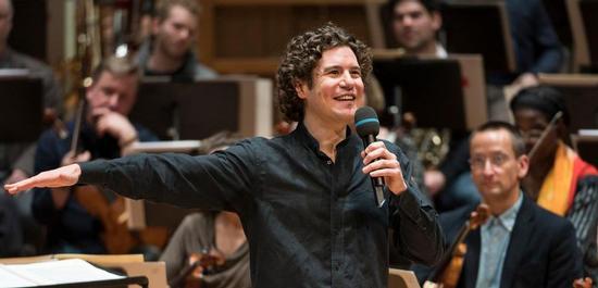 Chefdirigent Robin Ticciati moderiert ein Casual Concert des Deutschen Symphonie-Orchesters Berlin, Copyright: Kai Bienert