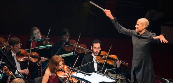 Dirigent Kevin John Edusei leitet das Neujahrskonzert des Deutschen Symphonie-Orchesters Berlin, Copyright: Kai Bienert