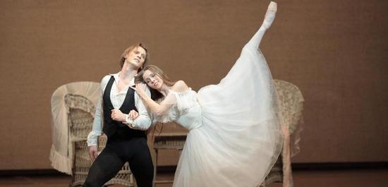 """Anna Laudere als Marguerite und Edvin Revazov als Armand in """"Die Kameliendame"""", Copyright: Wilfried Hösl"""