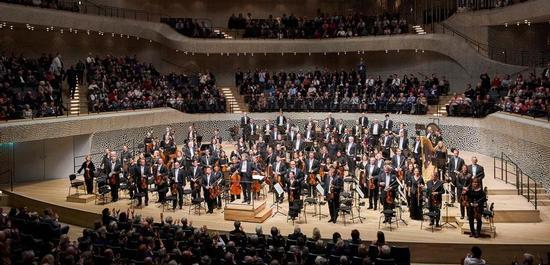 Kent Nagano und das Philharmonische Staatsorchester Hamburg, Copyright: Claudia Höhne