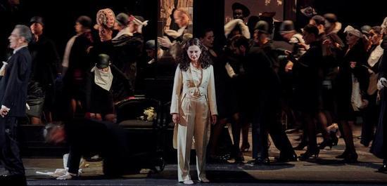 Elena Tsallagova (Violetta) und Staatsopernchor Stuttgart, Copyright: Martin Sigmund