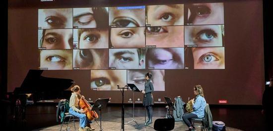 Im Festspielhaus laufen alle Fäden zusammen: auf der Opera die Schüler und die drei Musikerinnen auf der Bühne, Copyright: Michael Bode