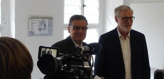 Staatsminister Robra und Clemens Birnbaum bei der Übergabe des Fördermittelbescheides, © Stiftung Händel-Haus