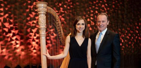Harfenistin Anaelle Tourret und Dr. Hans-Walter Peters bei der Preisverleihung, © Bertold Fabricius