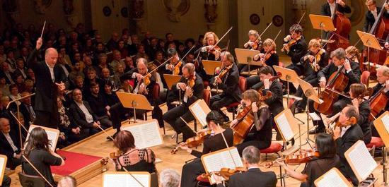 Die Deutsche Kammerphilharmonie Bremen mit Dirigent Paavo Järvi, © Julia Baier