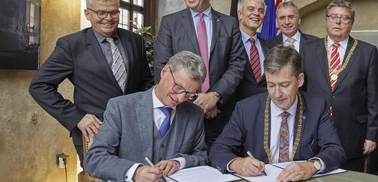 """Staatsminister Bernd Sibler, MdL (vorne li.), und Oberbürgermeister Christian Schuchardt unterzeichnen das Eckpunktepapier """"Staatstheater"""", © Nik Schölzel"""