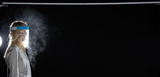 Aerosolmessung bei Sängerin (Sopran) mit Gesichtsmaske, Legato mit Konsonanten, © Mischa Nawrata