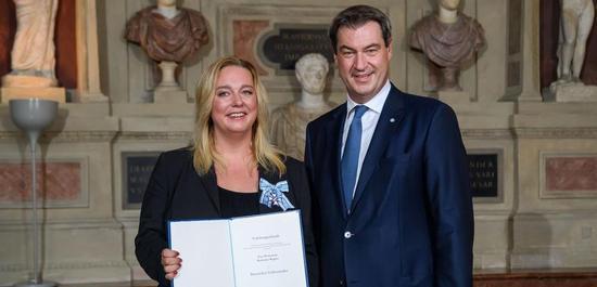 Katharina Wagner mit Ministerpräsident Söder bei der Verleihung des Bayerischen Verdienstordens (2019), © Bayerische Staatskanzlei