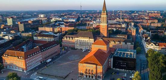 Rathaus Kiel, davor das Kieler Opernhaus, © Ichwarsnur