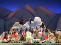Das pop-bunte Ensemble auf dem Berggipfel